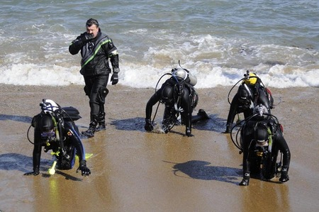 Novice scuba divers and instructor